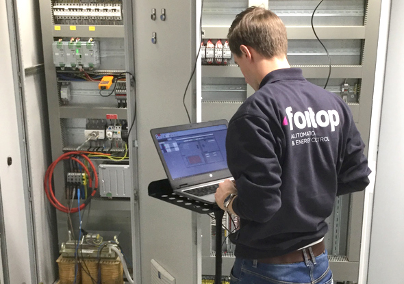 Power Quality specialist performing a measurement - fortop